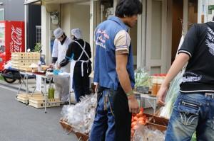 準備中の一幕。奥は菓匠あさださんの和菓子職人さんです。