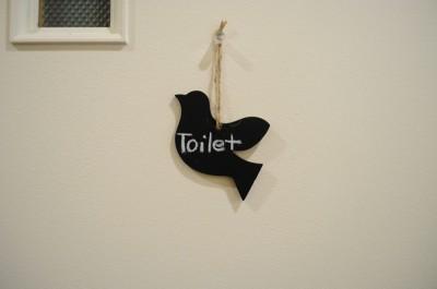 可愛らしい小鳥。ロハスカフェのトイレの扉にいます。