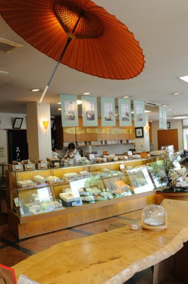 菓匠あさだ豊里本店の店内。