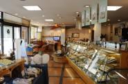 菓匠あさだ豊里本店の店内。右側から見て。