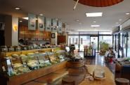 菓匠あさだ豊里本店の店内。左側から見て。