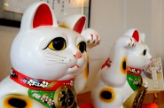 店内の招き猫。菓匠あさだ豊里本店。