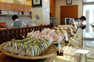 もちろん店内には和菓子がいっぱい。菓匠あさだ豊里本店。