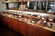 パンチキチキのパン。台に溢れんばかりに並んでいます。