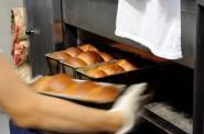 湯種を使った食パン『パンドミ』を釜から出します。