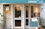 ロハスカフェの店構え。白と緑を基調にしています。