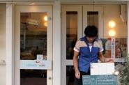 看板を出す木村店長。