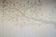 壁面に描かれた大きな木。