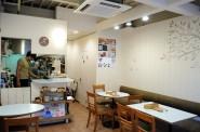 ロハスカフェの店内。入り口からみて右側。