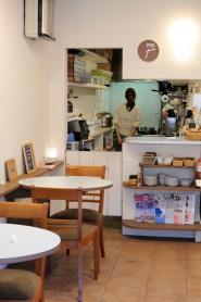 ロハスカフェの店内。入り口からみて左側。