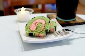ピンクが可愛らしい、ロハスカフェのデザート『スイカのロールケーキ』。