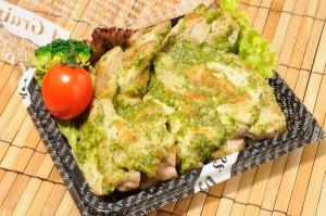 『バジルチキン』ロハスカフェの人気のメイン料理です。