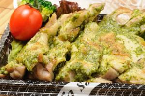 バジルの香りが高い『バジルチキン』。切り分けられていて食べやすいです。