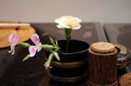 テーブルには可愛らしい花が添えられます。