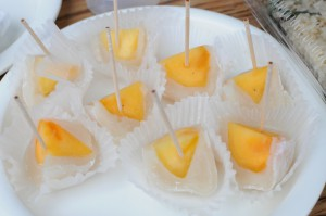 柿のフルーツ大福は試食もご用意。