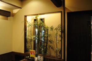 お座敷席の壁には竹林。