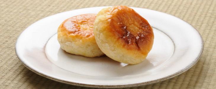 カモシカ雑貨店さんの皿とかぼちゃパイ。切る前。
